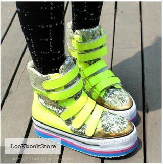 Кроссовки на толстой платформе с салатовыми ремешками.