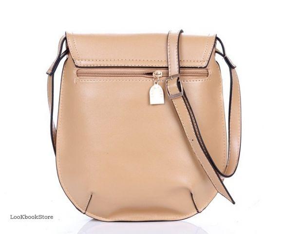 Бежевая маленькая сумка круглая на ремешке.