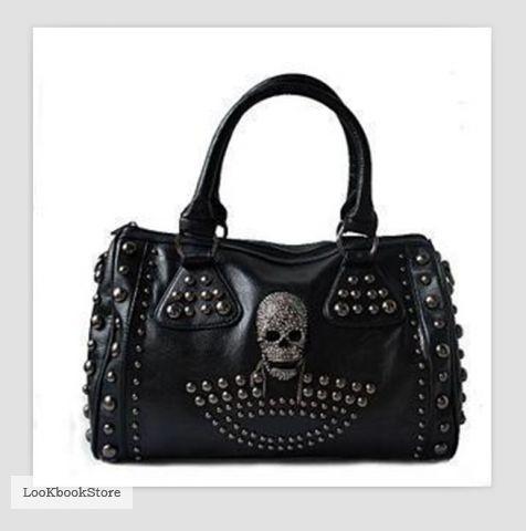 Черная сумка с черепом и клепками.